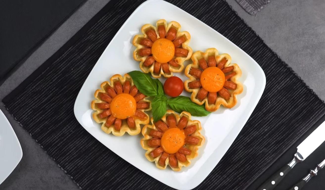 Хрустящие цветы из сосисок с яйцом