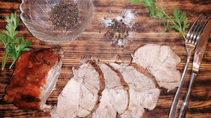 Запеченная свинина в пряных травах с кисло-сладким соусом