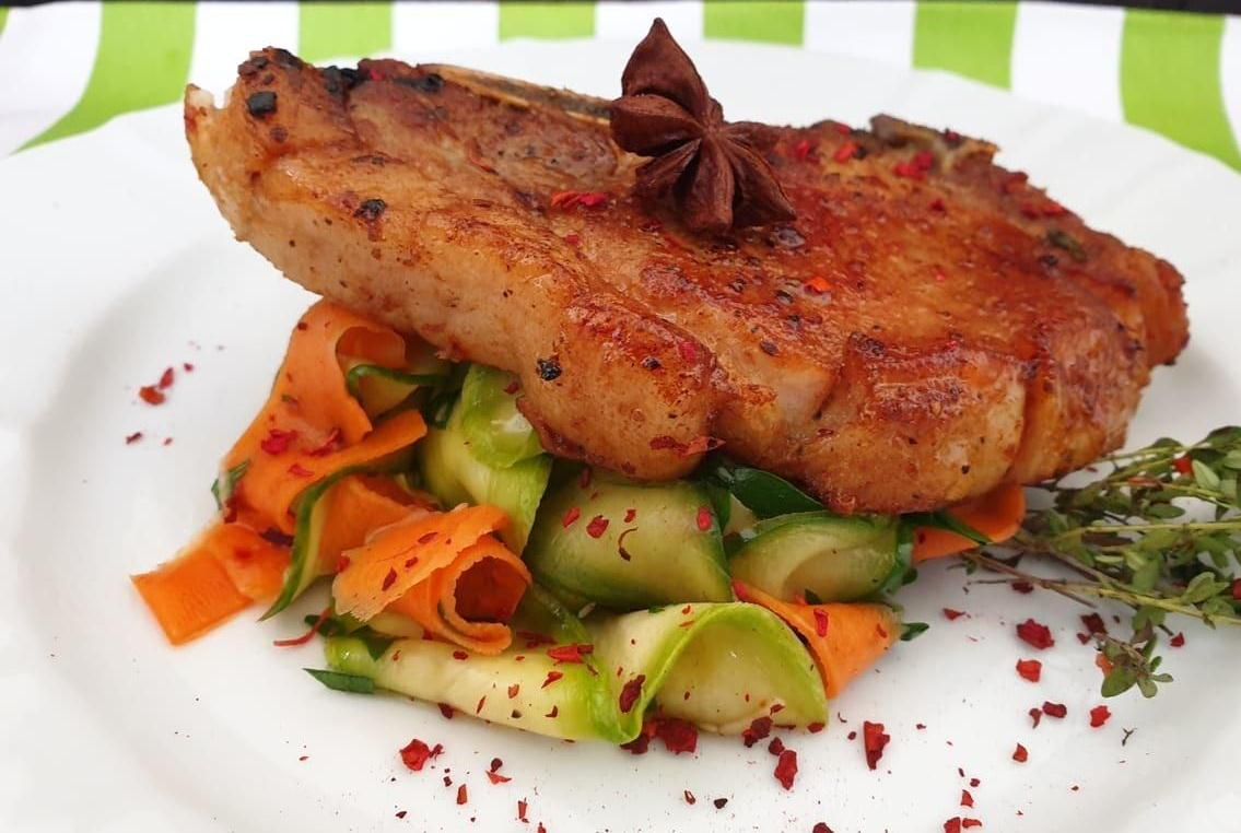 Пряная свинина на овощной подушке