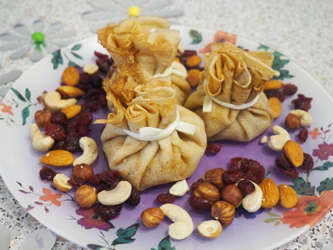 Блинные мешочки с карамельными фруктами