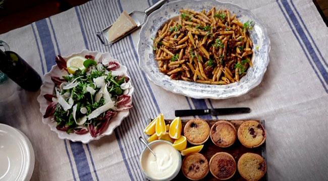 Макароны пене с рагу, салат и десерт с франжепаном и апельсином в малиново-миндальных корзинках