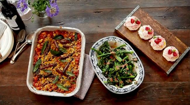 Косуле с помидорами, зеленые тушеные овощи с томатным соусом и торт Павлова с растертой малиной на воздушном безе