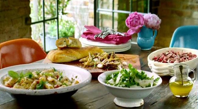 Паста ригатони с сицилийским соусом песта, салат из листьев рукколы и сыром пармезан, салат из жаренного на гриле цикория, розмарином, чесноком и уксусом бальзамик, чесночный хлеб, а на десерт тирамису с лимончелло и малиной с шоколадной стружкой